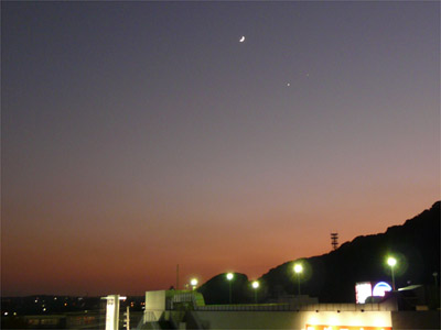 夕焼け空と月と星
