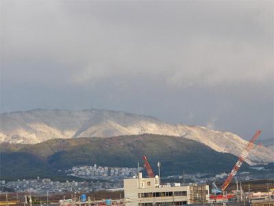 八幡市内から見える雪山