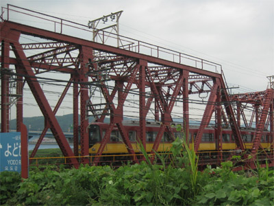 鉄橋を渡る京阪特急