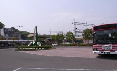 八幡市駅前のバスターミナル